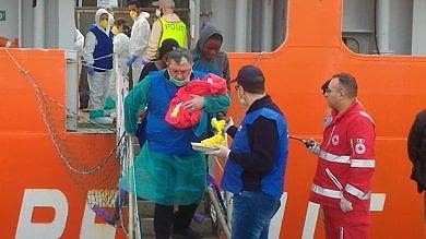 Sbarcati a Palermo 993 migranti: pure un bimbo nato sulla nave