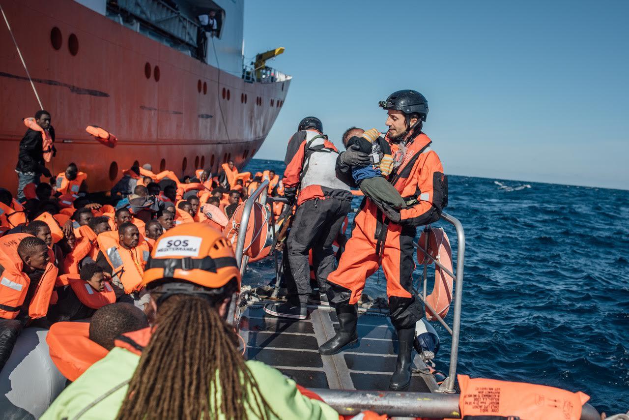 Migranti: 453 sbarcati al porto di  Augusta, anche sette cadaveri