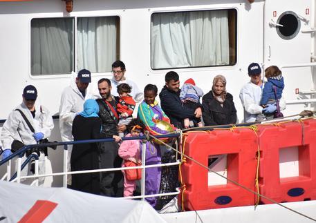 Migranti: in 991 arrivati a Salerno, anche un bimbo morto di 3 anni