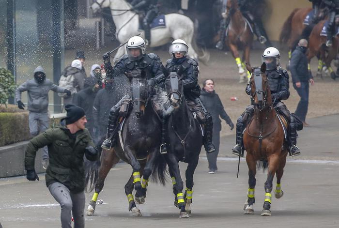 Scontri a Bruxelles tra pro e contro migranti