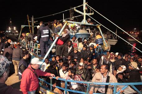 Messina, sbarco di 1159 migranti al molo Marconi