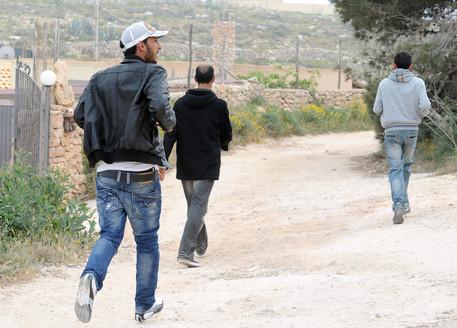 Trenta migranti in fuga dal Cpa di Messina, finanziere resta ferito