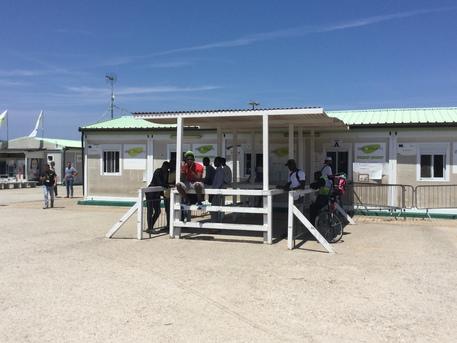 Migranti, incendio al Cara di Bari: una persona è rimasta ferita