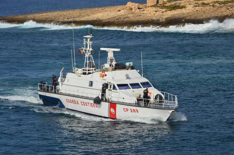 Migranti, in 32 sbarcano sulle coste Crotonesi: anche 4 minorenni