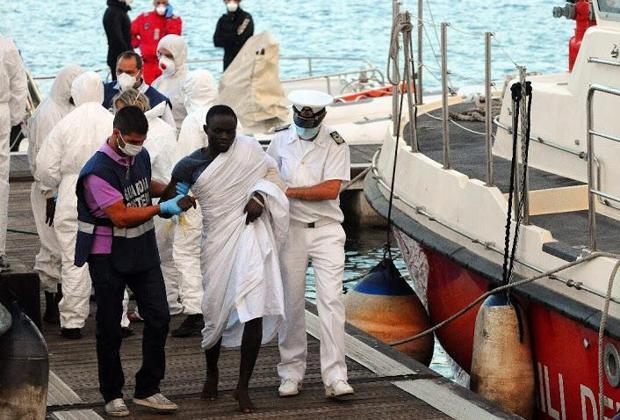 Migranti, concluso lo sbarco a Pozzallo: 15 persone in ospedale