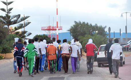 """Migranti, chiuso l'hotspot di Lampedusa: """"Fine dell'incubo"""""""