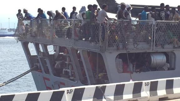 Sbarcati a Messina 812 migranti, tanti bimbi e 8 donne in gravidanza