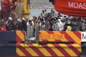 Fermati a Pozzallo due presunti scafisti, i testimoni: 25 persone inghiottite dal mare