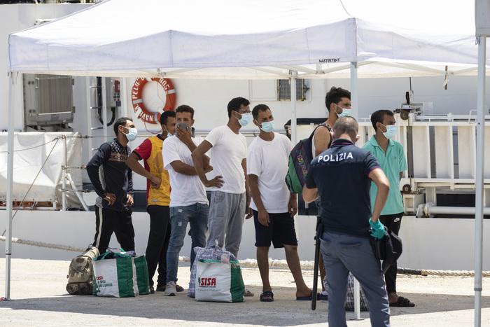 Pozzallo, 73 migranti positivi: arriva l'Esecito per evitare le fughe