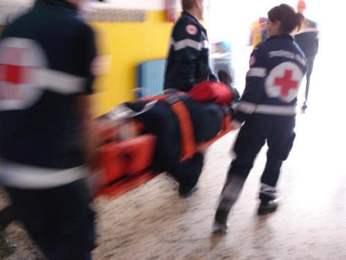 Migranti rapinano un poliziotto in casa a Catania, un ferito grave