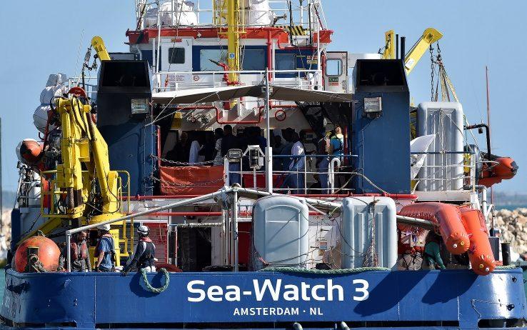 """Migranti, Sea Watch: """"13 giorni di odissea e tempesta, Ue patetica"""""""