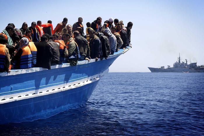 Sbarchi di migranti in Sicilia: emergenza umanitaria e paura sulle navi dei disperati