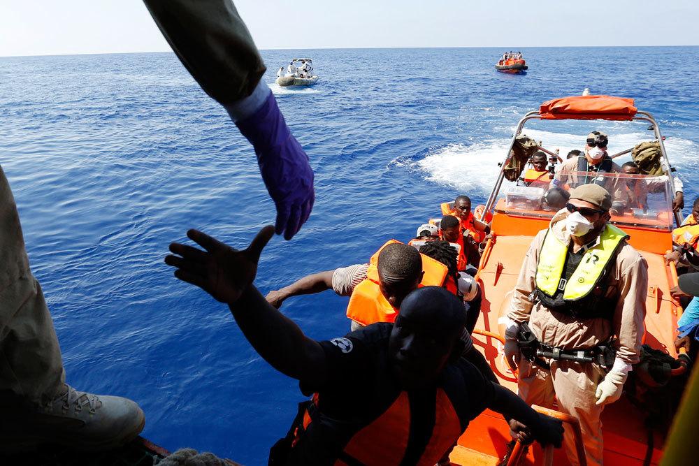 Migranti: sbarco a Catania, 1.428 profughi salvati in mare