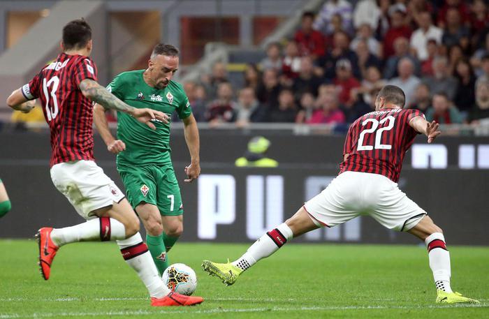 Il Napoli torna a correre, Milan sconfitto a San Siro dalla Fiorentina:contestazioni