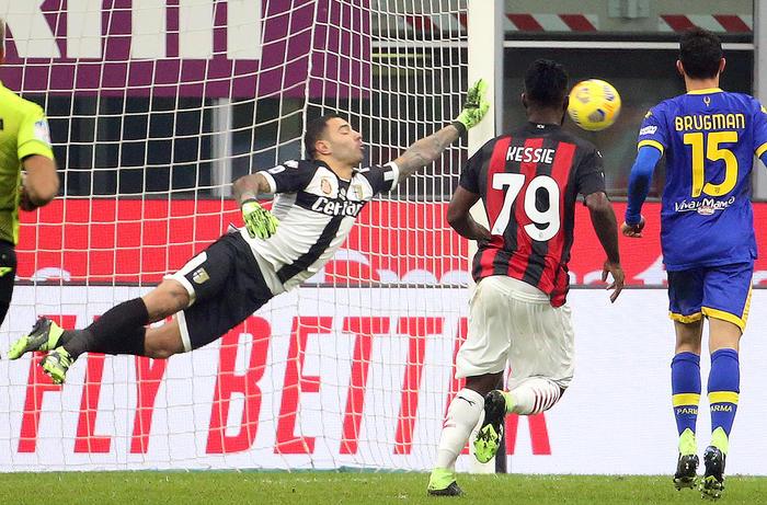 Juve e Napoli all'inseguimento del Milan che rallenta: pari dei rossoneri col Parma