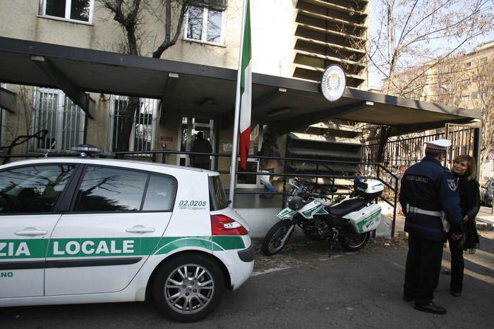 Milano, ragazza salvata da stupratore che rischia il linciaggio