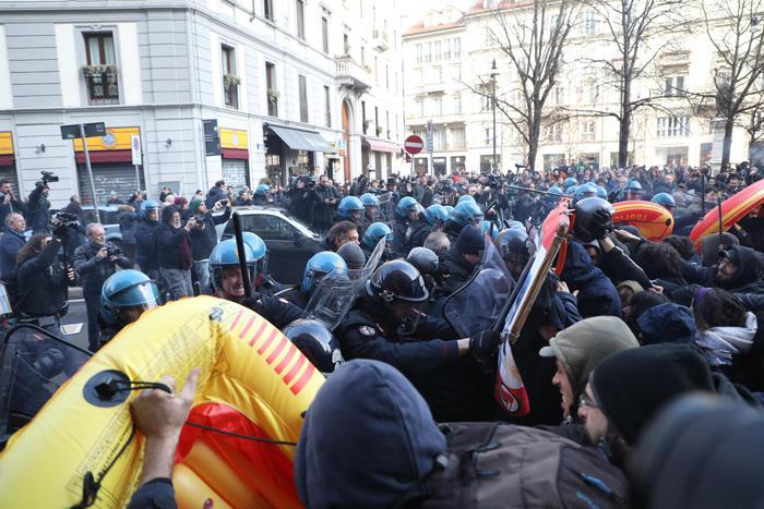 Tensioni a Milano al corteo antifascista
