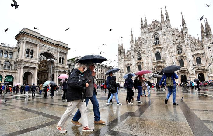 Nubifragio a Milano, esonda due volte il Seveso: salvata una donna