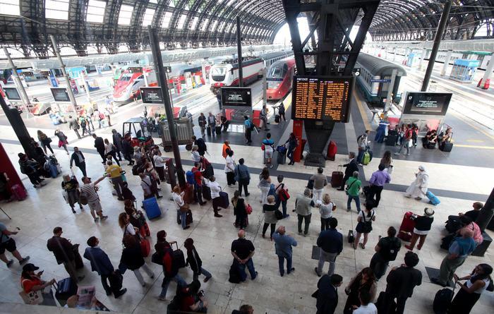 Stazione di Milano, si separano gli affetti: col Frecciarossa in fuga verso il Sud