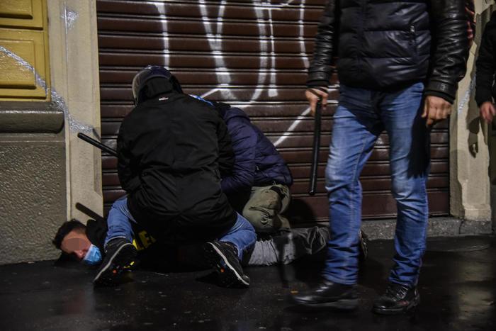 Guerriglia a Milano, negozi saccheggiati: 28 in Questura