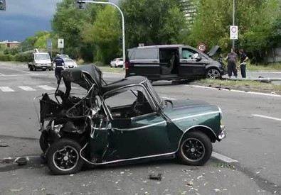 Alla guida col cellulare uccide un uomo: arrestato a Milano