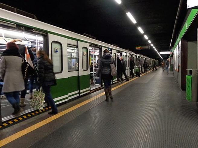 Milano, brusca frenata nella Metro Linea 2, un ferito e contusi