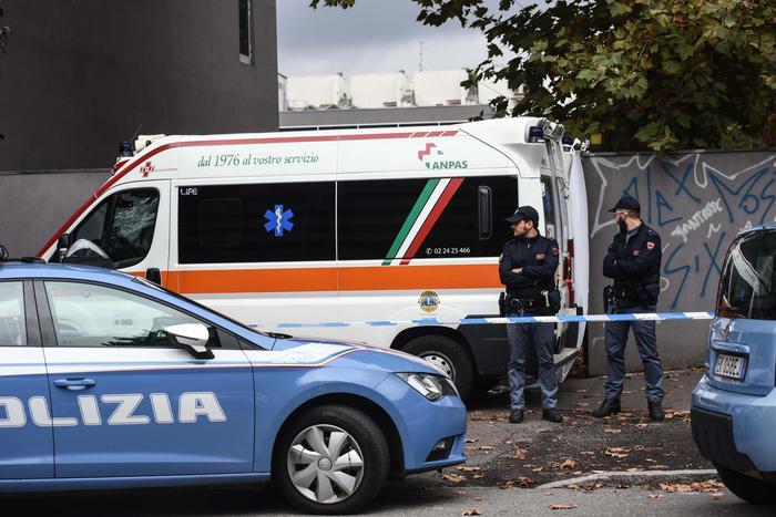 Donna trovata morta in casa a Milano con una ferita alla gola