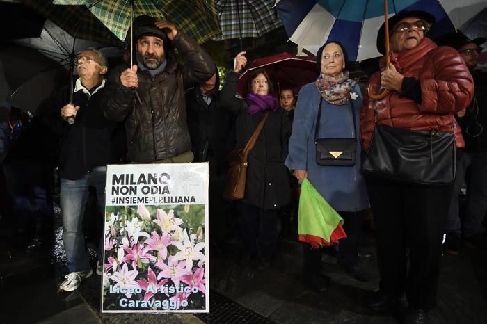 Razzismo, cinquemila persone a Milano al presidio di solidarietà alla senatrice Segre
