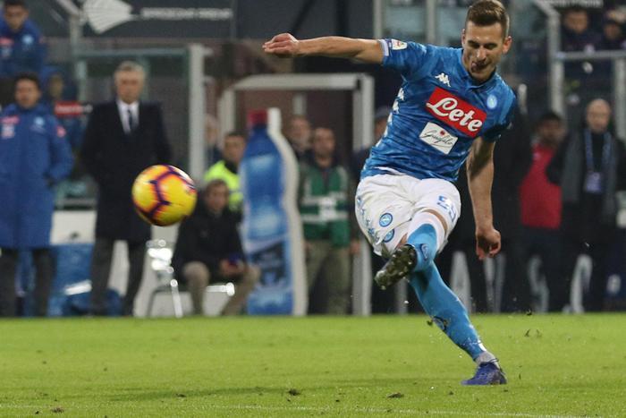 Il Napoli prosegue la rincorsa alla Juve: Milik al 91' risolve a Cagliari