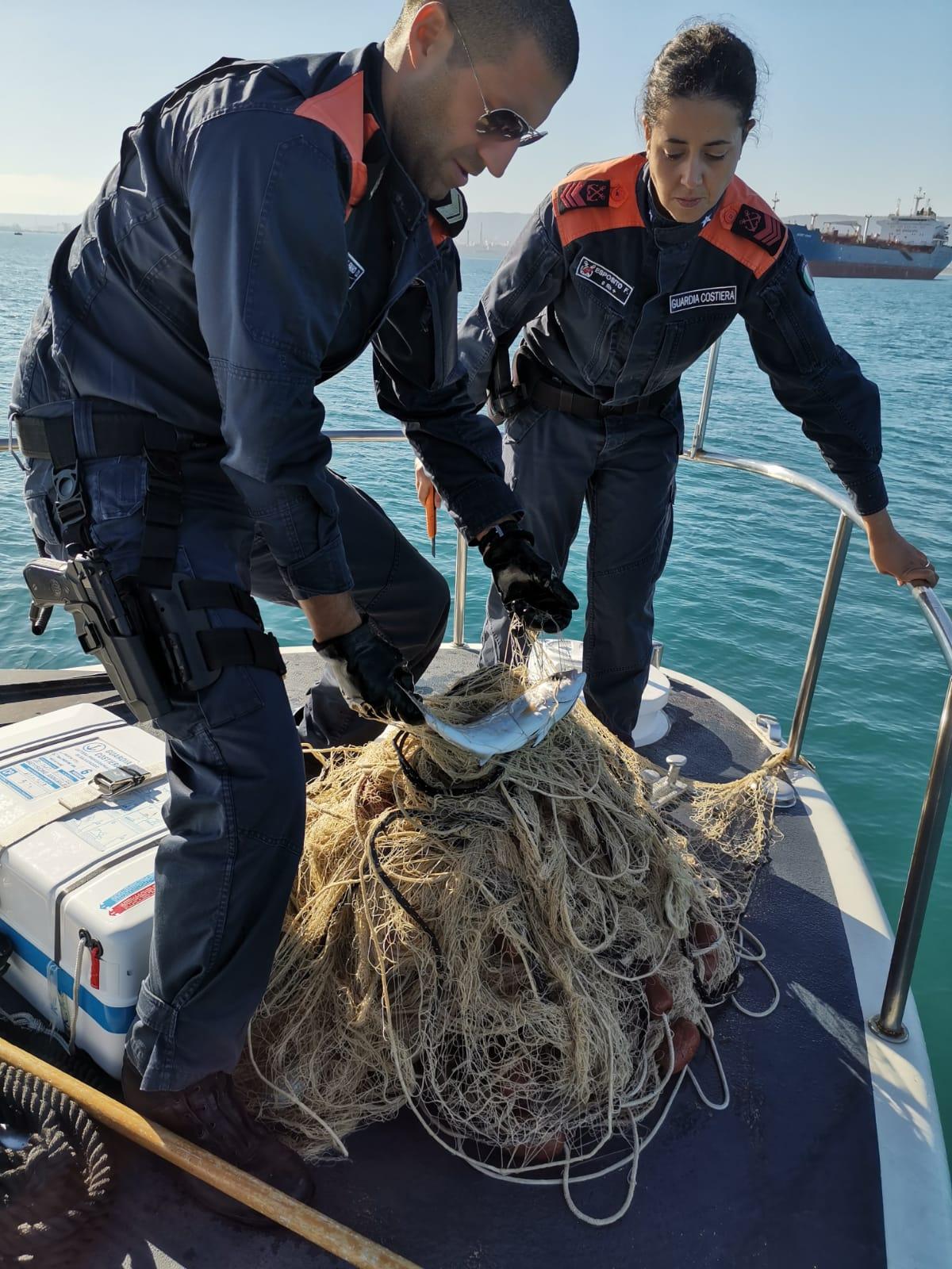 Pesca di frodo ad Augusta, sequestrata rete e sanzione