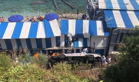 Minibus esce fuori strada: una decina di feriti a Capri: uno è grave