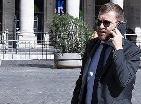 Il ministro per il Sud accolto a scuola a Palermo con 'striscioni antimafia'