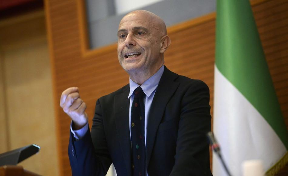 """Il ministro Minniti a Pozzallo, il sindaco: """"E' un politico che ha fermato i migranti"""""""