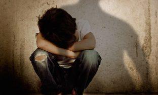 Lascia che un anziano stupri i figli minori, arresti a Catania