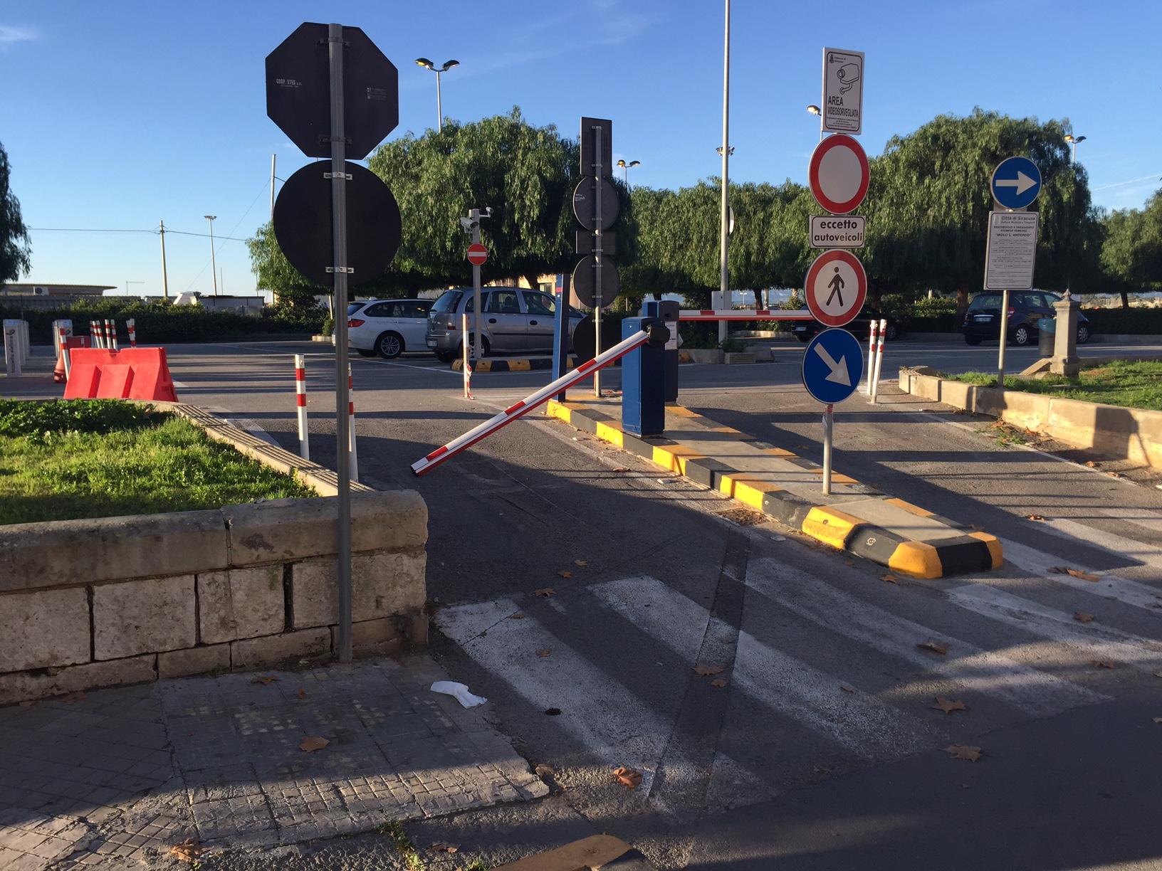 Siracusa, vandali in azione al parcheggio del Molo Sant'Antonio: identificato il responsabile