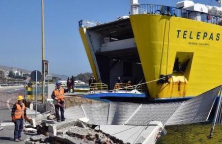 Messina, un traghetto della Caronte urta il molo: operaio resta ferito
