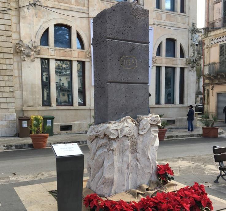 ChocoModica, un monumento a forma di barretta opera dell'artista Rinaldo Armenia