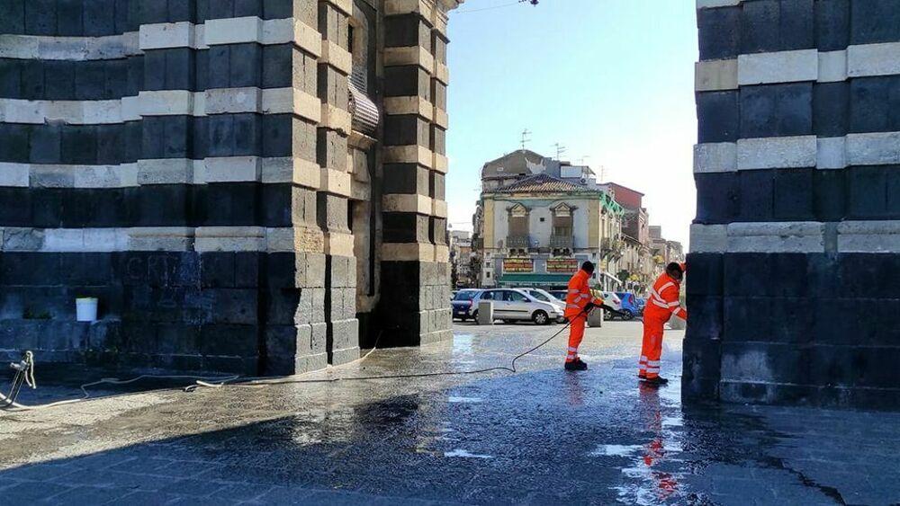 Operatori Multiservizi ripuliscono monumento imbrattato a Catania