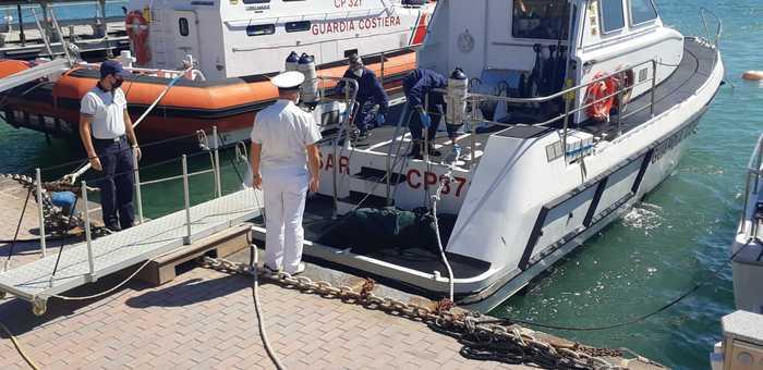 A fuoco barcone di migranti a Crotone: recuperato un altro scomparso, i morti sono 4