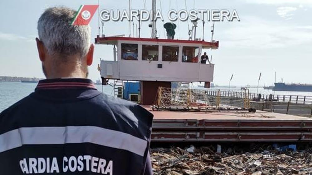 Motonave con 2000 tonnellate di rifiuti ferrosi bloccata a Porto Empedocle