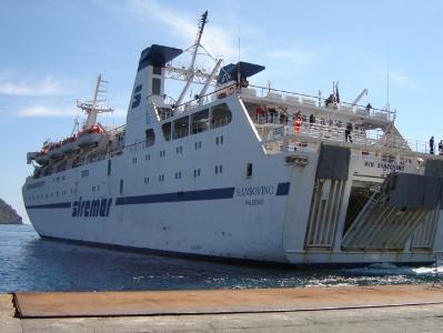 Pelagie sferzate dallo Scirocco, traghetto urta contro banchina e salta lo scalo di Linosa