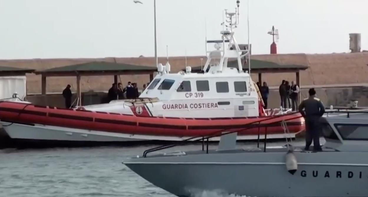 Motovedette sorvegliano la Sea Watch a poche centinaia di metri dal Lampedusa