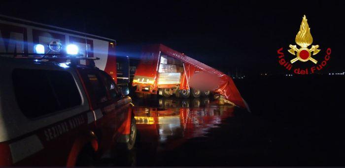 Motrice cade in mare nel porto di Catania, autista riesce a salvarsi