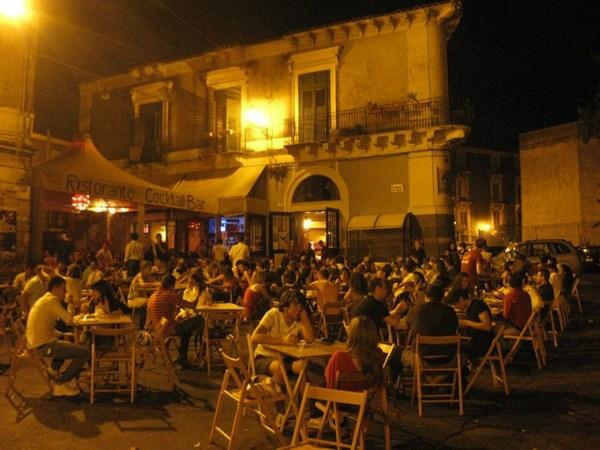 Accoltellato durante una rapina in zona Movida a Catania: due fermati