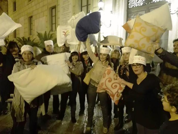 Cittadini in piazza a Palermo contro gli schiamazzi della Movida