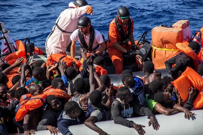 Sbarcati a Napoli 1500 migranti con la nave di Msf: due donne morte
