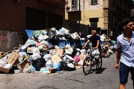Emergenza rifiuti, il sindaco di Palermo stoppa Crocetta: serve un tavolo nazionale
