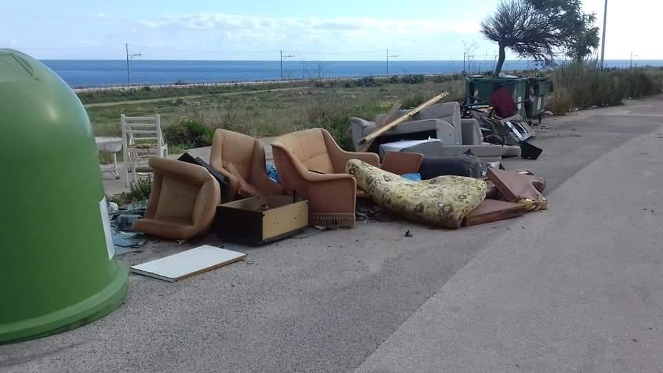 Siracusa, vecchi mobili abbandonati in via Cassia