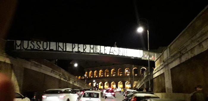 Roma, nuovo striscione pro Mussolini a due passi al Colosseo
