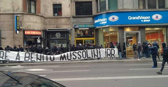 """""""Onore a Mussolini"""", striscione in piazza Loreto a Milano"""